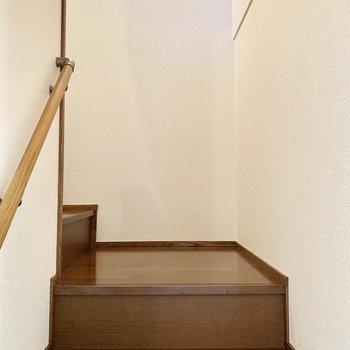 手すり付きの階段を上って2階へ。踊り場があるのが良いですね。