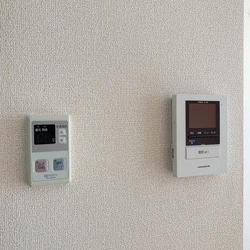 玄関モニターや自動お湯張りのスイッチも。
