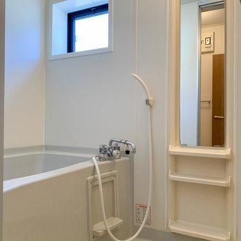 お風呂には換気用の小窓付き。