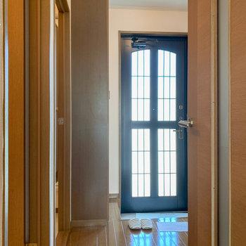 廊下へ。左に各水回り、奥に玄関があります。