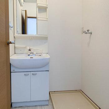 脱衣所へ。洗面台の横に洗濯機が置けます。