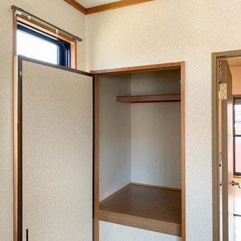 【和室約6帖】ドアの左側にもちょっとした収納が。