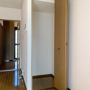 【DK】階段下を利用した収納もあります。