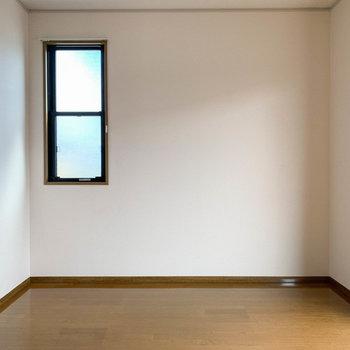 【洋室約6帖】寝室としてのスペースでしょうか。