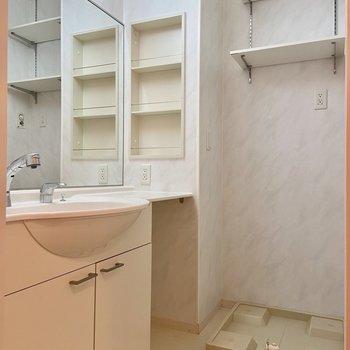 ワイドな鏡が嬉しい独立洗面台。洗濯機置き場の上の可動棚が便利ですね。