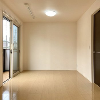 【LDK】天井には物干しがついていて屋内干しにも対応しています。