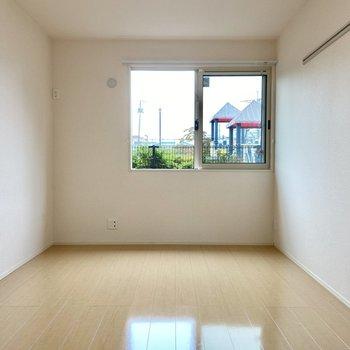 【洋室】こちらも白を基調にしていて明るいお部屋。