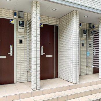 1階と2階の全4世帯のドアが並びます。