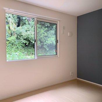 【洋室】窓の外を小川が流れる心地の良いお部屋です。