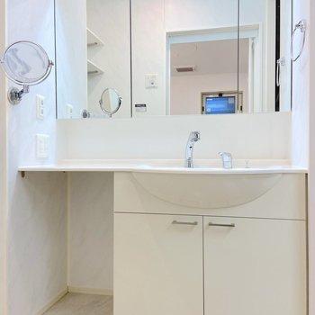 大きな鏡は朝の準備に役立ちます。