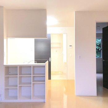 【LDK】よく使う小物や本はキッチン前の棚に。