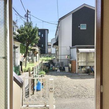 通り側の窓はこんな感じ。すりガラスのおかげで中の様子は見えません。