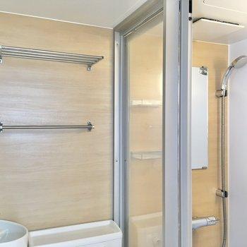 シャワールームとの間にはスライドドアが設けられています。水の飛散が防げますね。