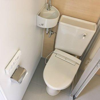トイレには手洗いと温水洗浄便座がついており、衛生的な印象。