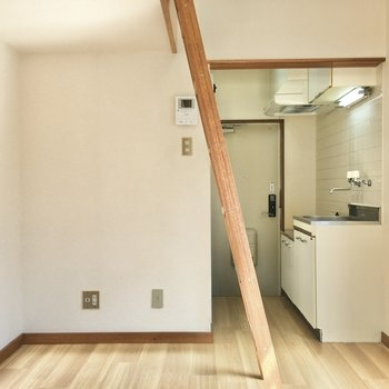 TVコンセントはキッチン側の壁にあります。小ぶりなテレビボードがすっぽり収まりそう。