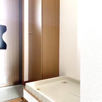 洗濯機置き場は玄関の隣にあります。※写真は通電前のものです