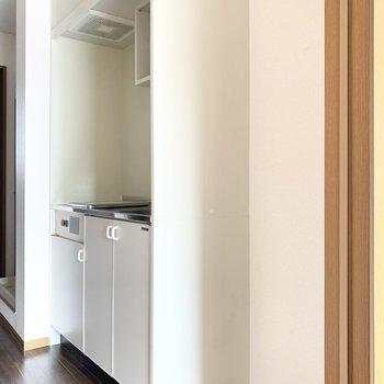 キッチンのお隣には冷蔵庫を置けます。※写真は通電前のものです
