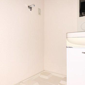 洗面台のお隣に洗濯機置き場があります。※写真は通電前のものです、フラッシュを使用しています