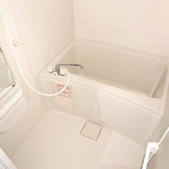 シンプルなバスルーム。浴室乾燥機付きです。※写真は通電前のものです、フラッシュを使用しています