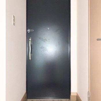 ゆとりのある玄関です。※写真は通電前のものです、フラッシュを使用しています
