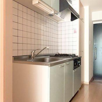 お部屋と統一感のある水色のキッチン。