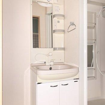 独立洗面台です。朝の準備が捗りそう。※写真は通電前のものです、フラッシュを使用しています