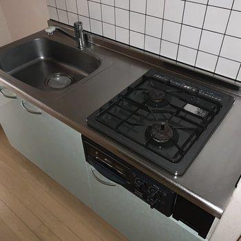 大きなシンクでお皿洗いも楽々。※写真は通電前のものです、フラッシュを使用しています