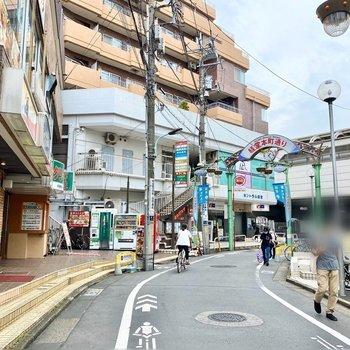 駅近くの通り。飲食店が多い印象です。
