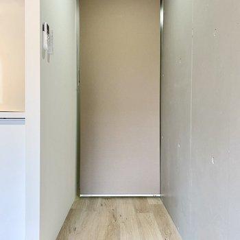 廊下はロールカーテンで仕切ることができます。