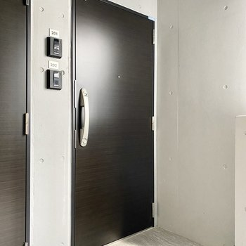 玄関前共用部。ブラックのドアがオシャレですね。