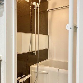 ブラウンの壁材がシックな浴室。乾燥機付きですよ。