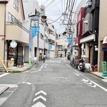 駅までの道中。珈琲洗面点などいろんなお店が並んでいます。