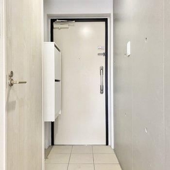 ホワイトを基調とした玄関。タタキ部分との段差はありません。