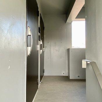 階段を上がって一番手前のお部屋です。