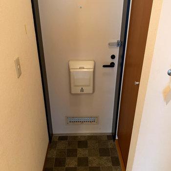 玄関へ※写真はクリーニング前のものです