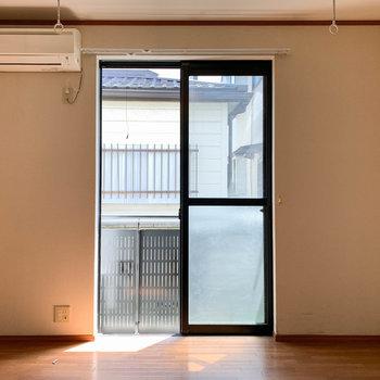 窓はやや細めの幅感。※写真はクリーニング前のものです