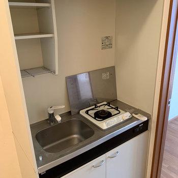 キッチンは最小限。※写真はクリーニング前のものです