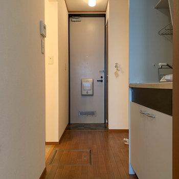 廊下へ。※写真はクリーニング前のものです