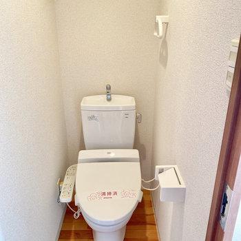 トイレは廊下でてすぐ右側にあります。