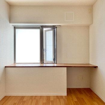 【洋室約5帖】廊下をでて右のお部屋です。窓からは柔らかい光が入ってきますよ。