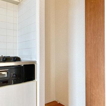 【LDK】冷蔵庫はキッチン右横のくぼみに置けます。
