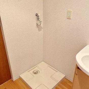 隣には室内洗濯機置き場があります。