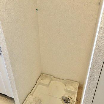 横には洗濯機置場があります。※写真はクリーニング前のものです