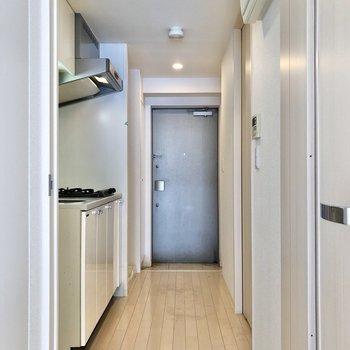 廊下から玄関までは一直線。※写真はクリーニング前のものです