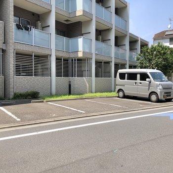 マンション側面には駐車場もありました。(空き要確認)