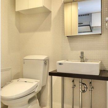 サニタリールームでは洗面台とトイレが仲良く並んでいました。※写真はクリーニング前のものです
