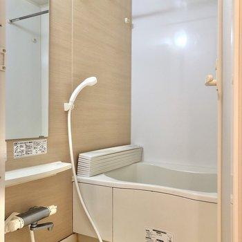 お風呂には浴室乾燥機もご用意。※写真はクリーニング前のものです