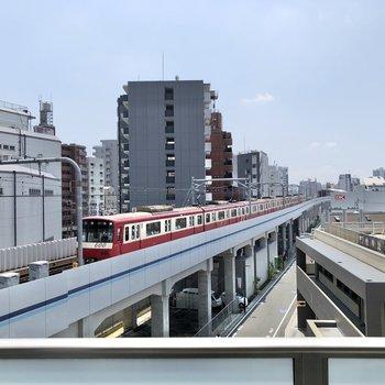 バルコニーの目の前を電車が走ります。