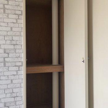 【玄関側洋室】