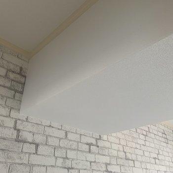 【玄関側洋室】天井は一部低くなっています。